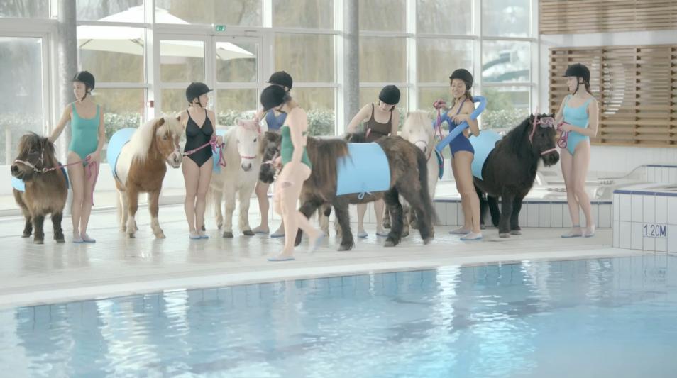 llllitl-toyota-publicité-aqua-poney-piscine-wtf-nouveautés-agence-saatchi-duke